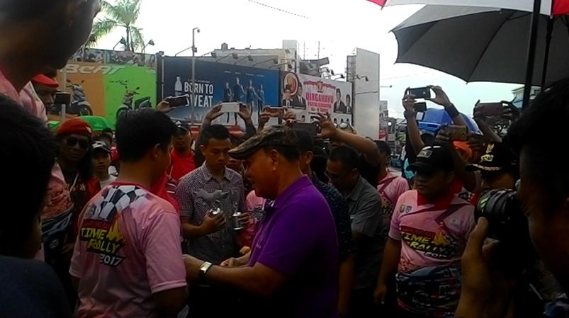 Ketua DPP Lampung Sai, Sachroedin ZP memberikan trophy kepada peserta Time Rally (Lampungnews/Davit)