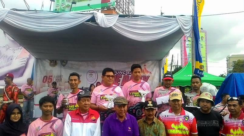 Para pemenang Lampung Sai Time Rally berpose bersama seusai acara. (Lampungnews/Davit)