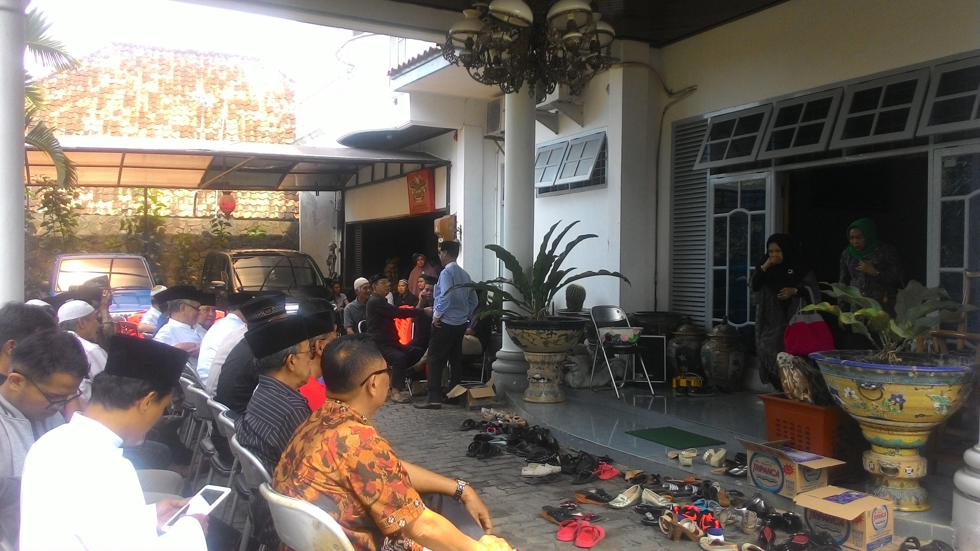 Suasana dirumah duka tampak ratusan kerabat dan sanak keluarga memadati kediaman almarhum. (Lampungnews/Davit)