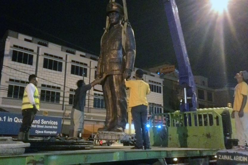 Pemindahan patung Zainal Abidin Pagaralam. (Lampungnews/Davit)
