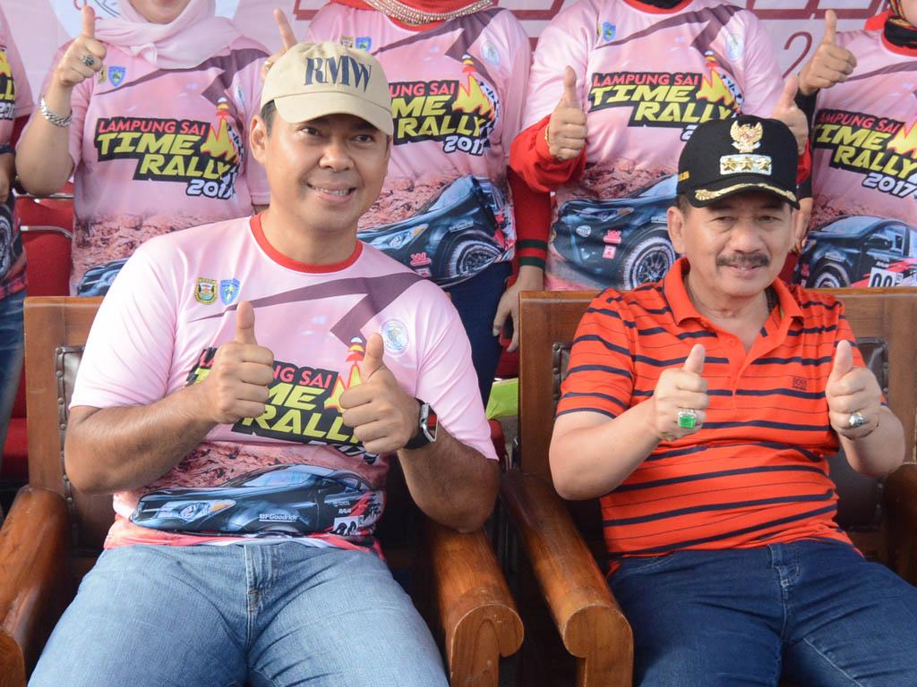 Rycko Menoza SZP dan Herman HN saat menghadiri acara Lampung Sai Time Rally di halaman Kantor Walikota Bandarlampung. (Lampungnews.com/Cris Ali).