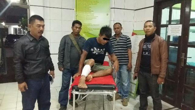 Tersangka pencurian dan kekerasan yang ditembak kakinya oleh aparat Polsek Padang Ratu, Lampung Tengah. (Ist)