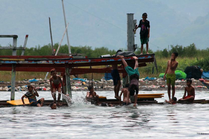 Sejumlah anak memanfaatkan kapal yang sudah tidak terpakai di dermaga Kampung Ujung Bom TPI Gudang Lelang Teluk Betung sebagai tempat bermain pada sore hari. (Lampungnews/El Shinta)