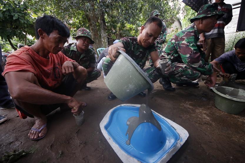 Sejumlah anggota TNI dan warga bersama-sama mencetak jamban pada Pra-TMMD 2017 di Kampung Peninjauan. (Lampungnews/El Shinta)
