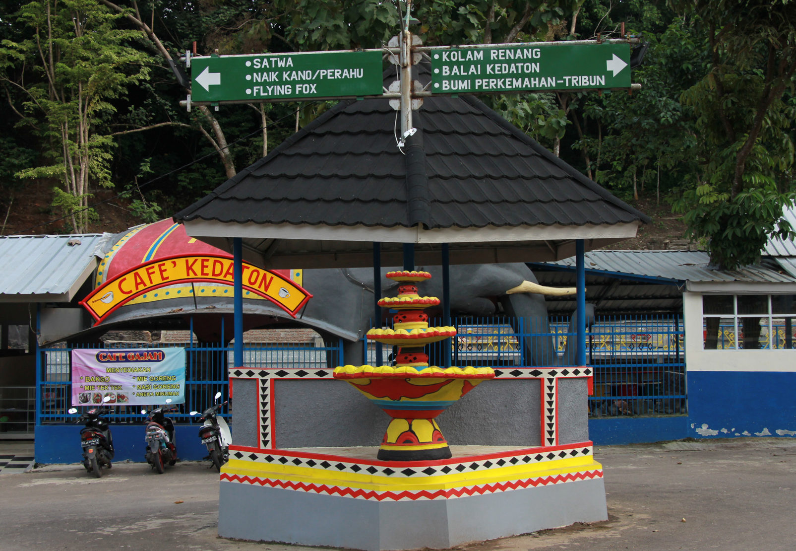 Papan penunjuk jalan yang ada di Taman Bumi Kedaton dibuat semenarik mungkin dengan memadukan corak khas Lampung. (Lampungnews/El Shinta)