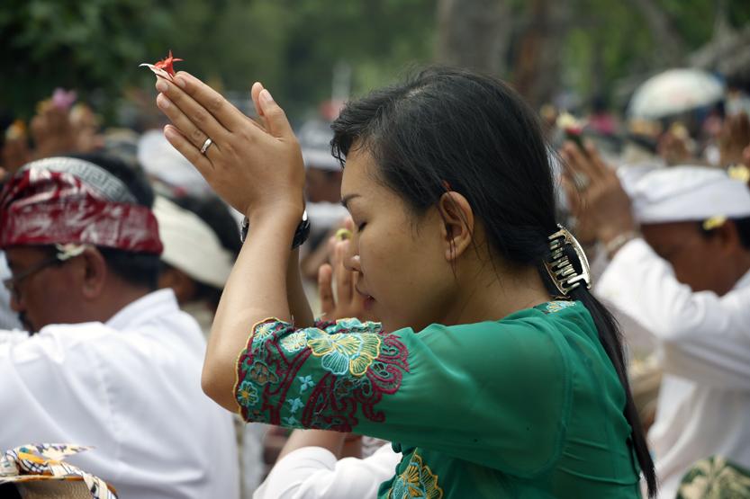 Para umat Hindu melakukan sembahyang pada upacara melasti di Pantai Pasir Putih. Upacara ini dilakukan sebelum perayaan Hari Nyepi. (Lampungnews/El Shinta)