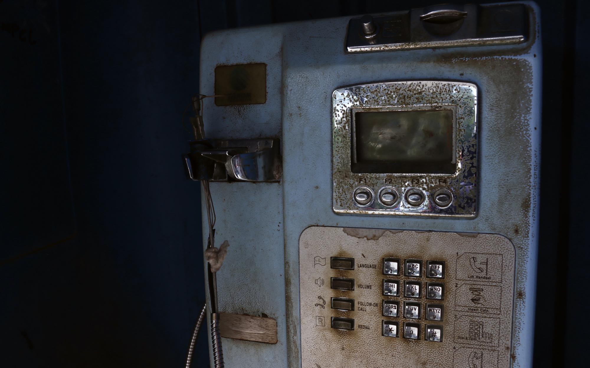 Kondisi telepon koin yang rusak dan tidak digunakan lagi. (Lampungnews/El Shinta)