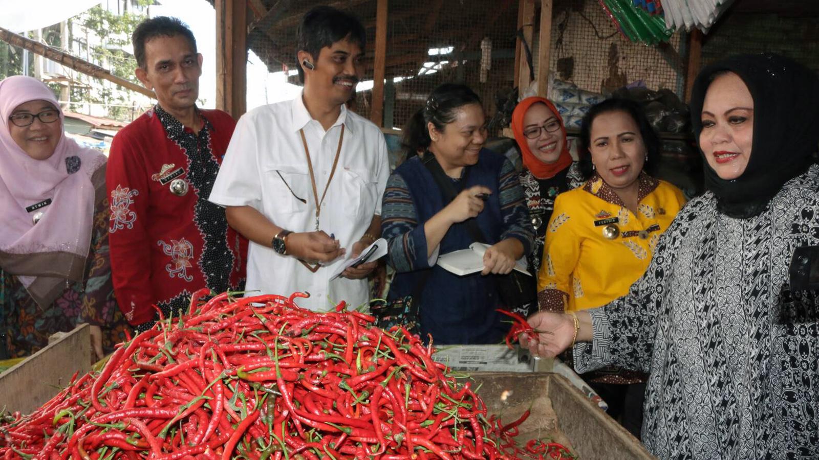 staf Ahli Menteri Perdagangan Bidang Perdagangan Jasa, Lasminingsih (berjilbab hitam) saat meninjau Pasar Pasir Gintung. (Lampungnews/Davit)