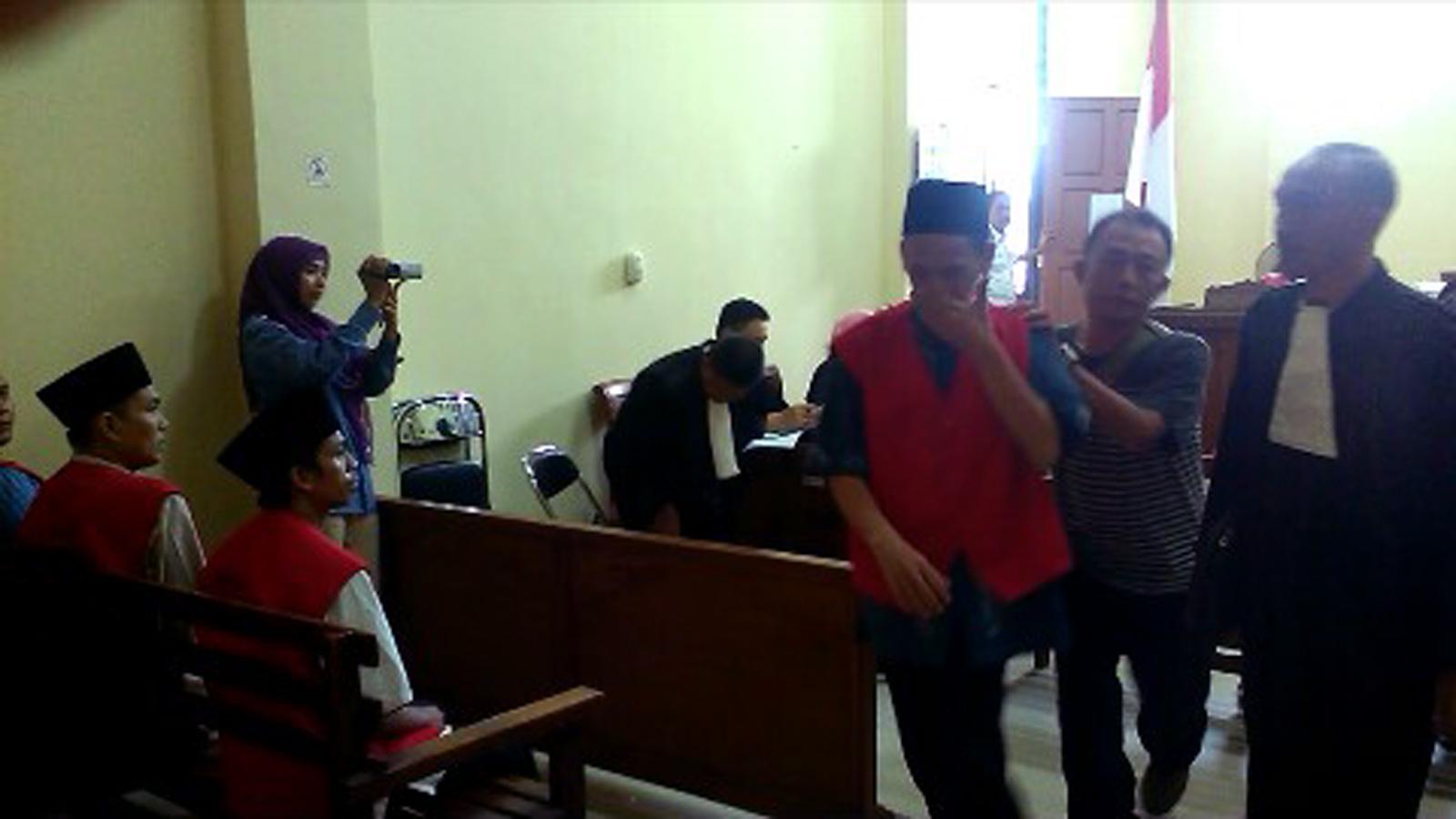 Hadi Rismono (46) divonis selama 20 tahun penjara setelah dinyatakan terbukti memiliki 92 kilogram ganja dan 500 butir pil ekstasi. (Lampungnews/Adam)