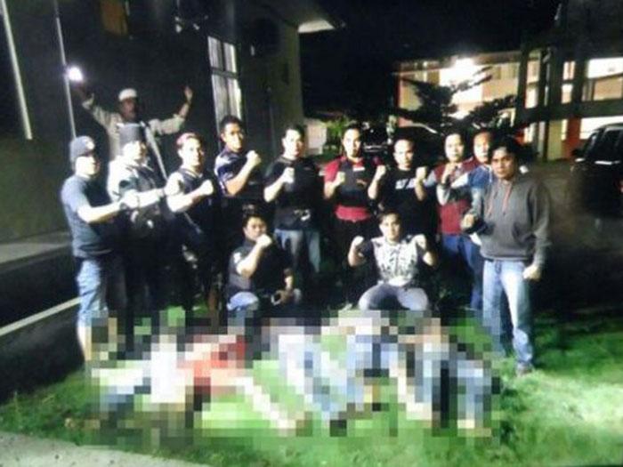 Foto 13 anggota kepolisian dan lima jasad begal yang viral di media sosial dan menuai kritik dari masyarakat