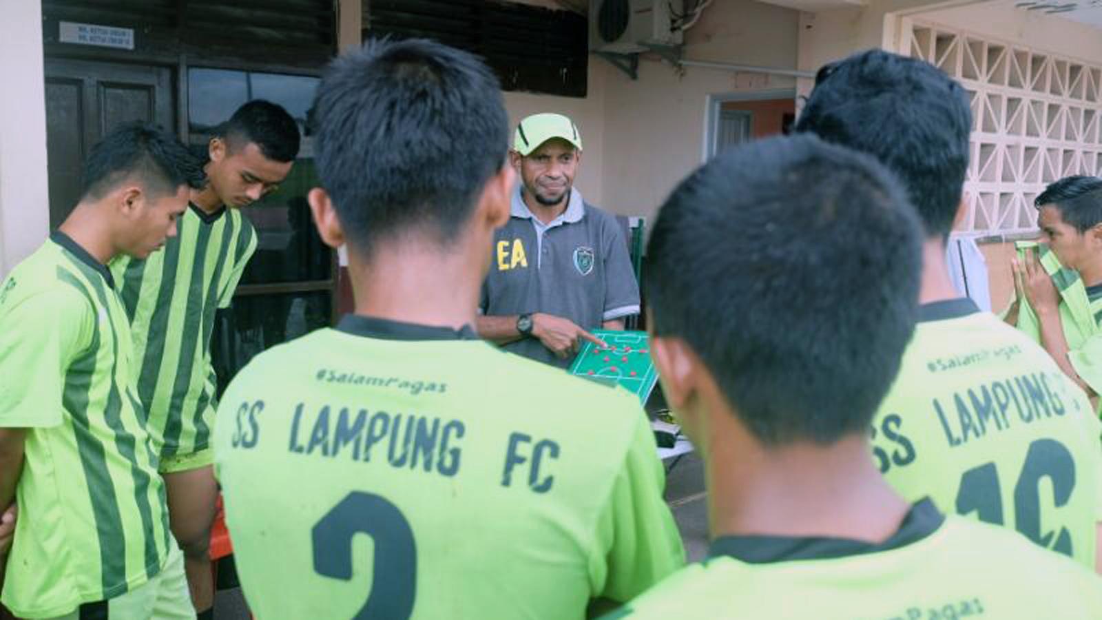 Pelatih SS Lampung FC, Elie Aiboy memberikan instruksi kepada tim sebelum bertanding. (Lampungnews/Davit)