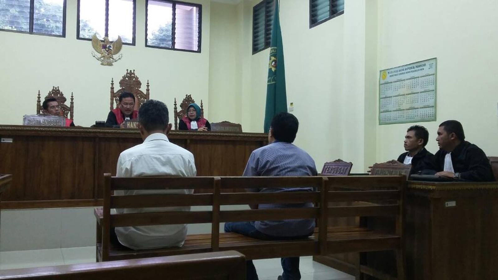 Dua terdakwa kasus korupsi alkes RS Bob Bazar divonis 1,2 tahun penjara. (Lampungnews/Adam)