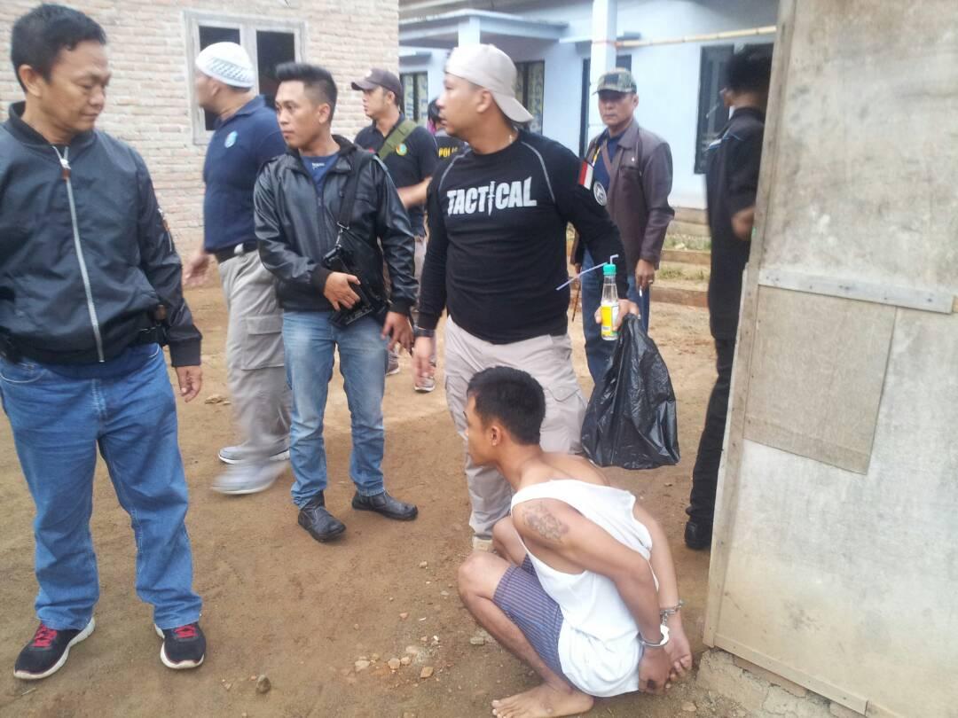 Penangkapan tersangka pada saat Operasi Antik di Kabupaten Pesawaran. (Lampungnews/Adam)
