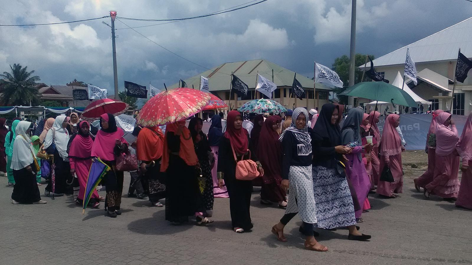 Longmarch dan konvoi massa HTI sebelum dibubarkan kepolisian. (Lampungnews/Adam)