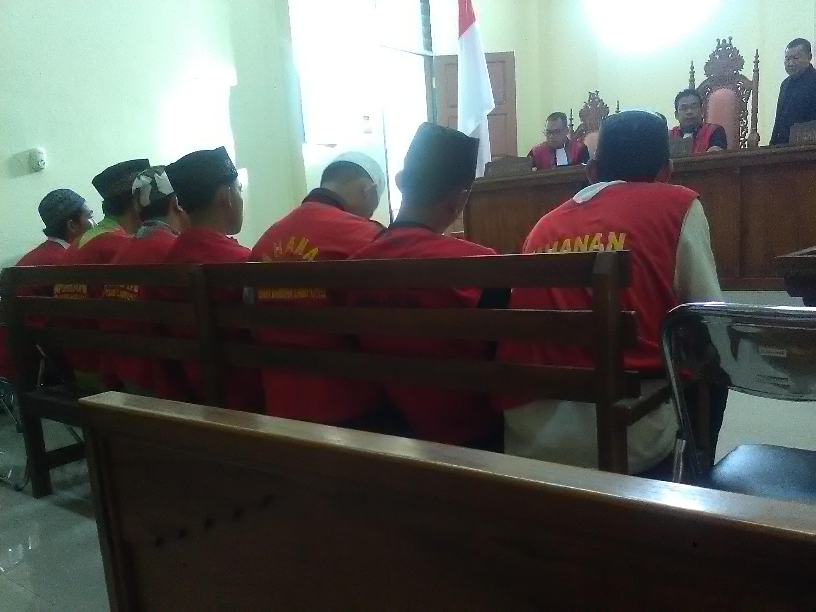 Enam mahasiswa Unila dan satu juru parkir menjalani sidang di