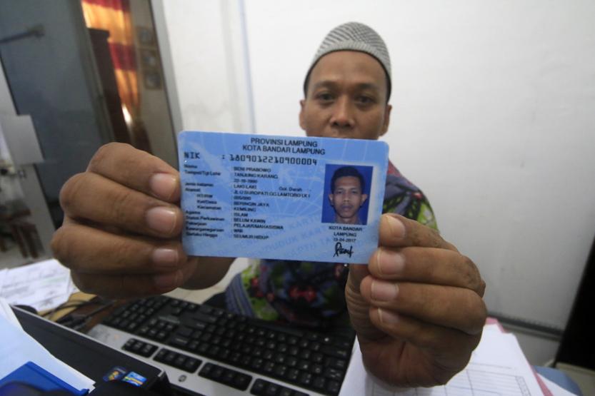 Petugas menunjukkan KTP-El yang baru saja selesai dicetak. (Lampungnews/El Shinta)
