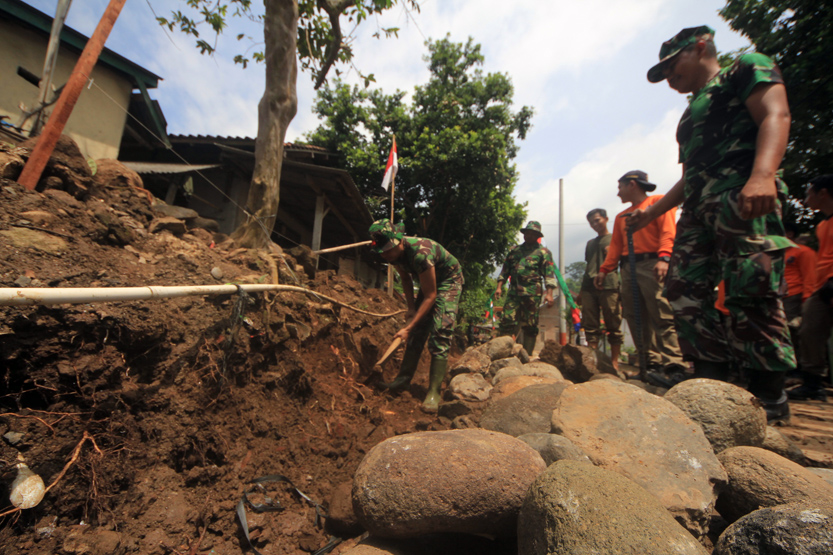Warga dibantu TNI dan Pol PP membuat drainase sepanjang 500 meter yang masuk dalam target TMMD ke-98 Kodim 0410/KBL. (Lampungnews/El Shinta)