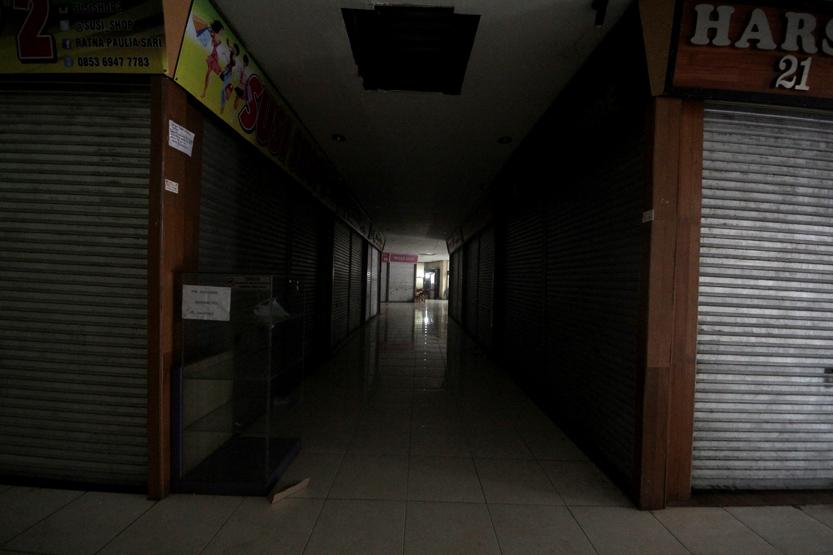 Lorong kios yang ada di Bambu Kuning Square nampak sepi lantaran ditinggalkan para pedagang. (Lampungnews/El Shinta)