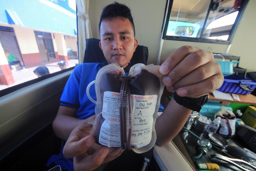 Seorang pendonor darah menunjukkan kantong darah miliknya yang ia donorkan pada acara Semesta Pun Berbagi. (Lampungnews/El Shinta)