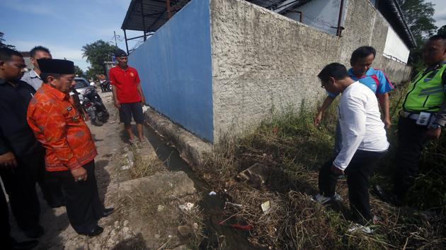 Walikota Bandar Lampung Herman HN mengecek parit dan bagian samping pabrik yang diduga menjadi tempat pembuangan limbah. (Lampungnews/El Shinta)
