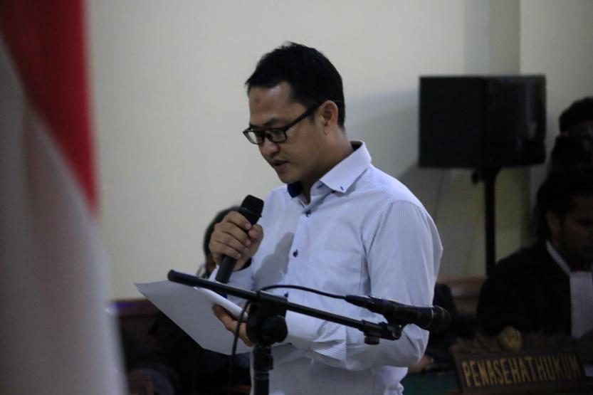 Terdakwa Medi Andika membacakan pengakuannya atas keterlibatan Umi Kalsum atas pembunuhan anggota DPRD Kota Bandar Lampung, M. Pansor, Rabu (12/04). (Lampungnews/El Shinta)
