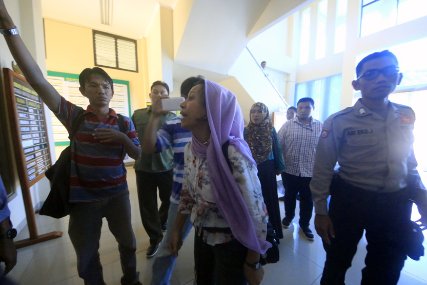 Adik dari Umi Kalsum bersitegang dan terlibat adu mulut dengan keluarga M. Pansor yang merasa dibohongi atas keterlibatan pembunuhan sadis itu. Kedua kubu dipisahkan Polwan Polda Lampung. (Lampungnews/El Shinta)