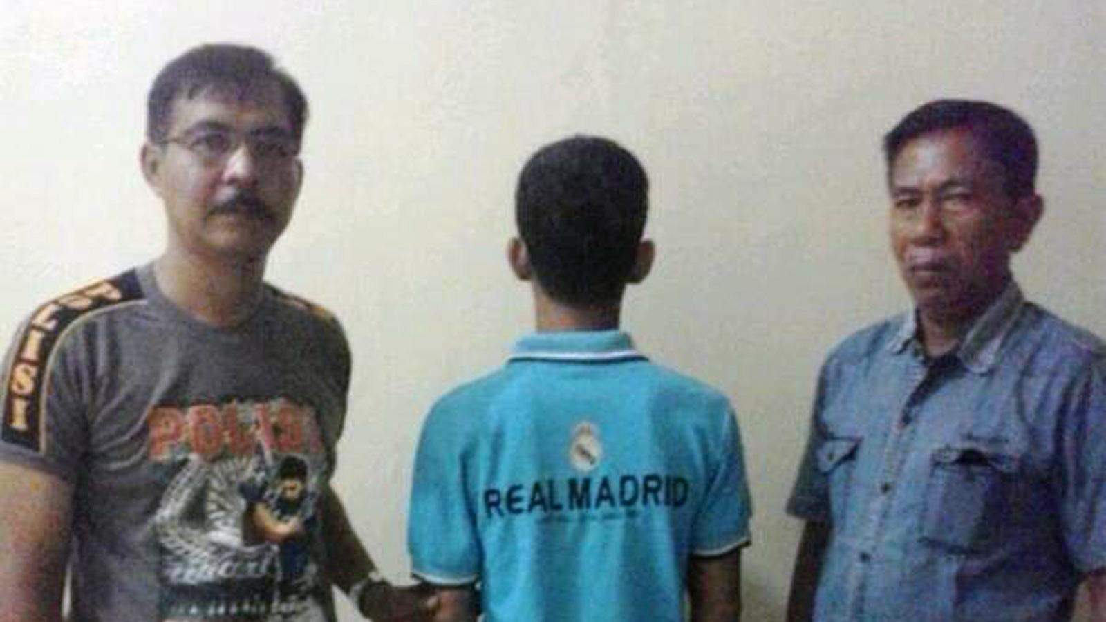 Tersangka Ahmad Mustakim (menghadap tembok) yang kini ditahan di Polsek Seputih Mataram. (Lampungnews/Zir)