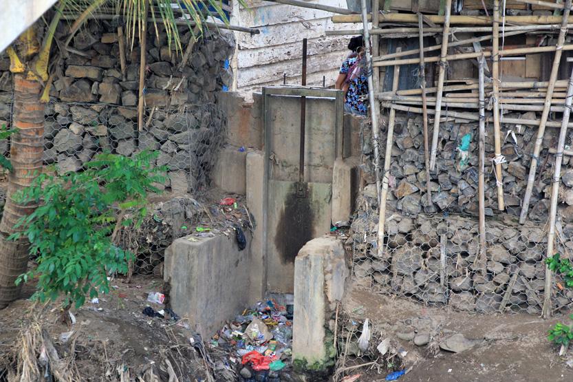 Keberadaan pintu air dibawah jembatan beton yang banyak dipenuhi tumpukan sampah. (Lampungnews /El Shinta)
