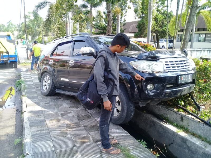 Lokasi kejadian mobil menabrak pagar di Jalan Cut Meutia Bandarlampung. (Lampungnews/Adam)