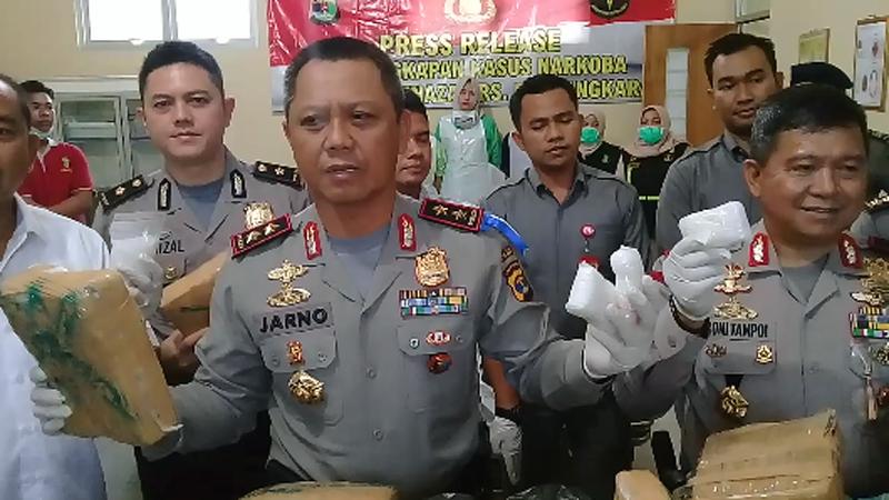 Kapolda Lampung Irjen Sudjarno menunjukan barang bukti hasil tangkapan kasus narkoba. (Lampungnews/Adam)