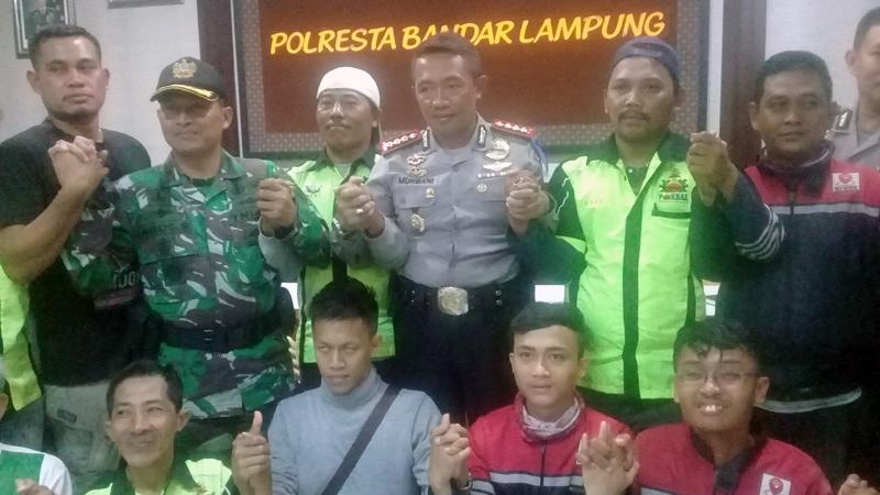 Ojek online dan pangkalan usai mediasi di Polresta Bandarlampung. (Lampungnews/Adam)