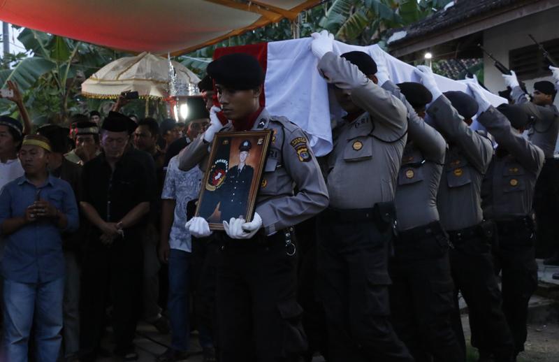 Upacara pemakaman Bripda Anumerta Ridho Setiawan di Desa Negeri Katon Selagai Lingga, Lampung Tengah, Kamis (25/5)