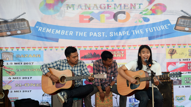 Grup Akustik dari Manajemen 2015 membawakan lagu 4Non Blondes saat mengikuti lomba musik akustik Manajemen Ekspo 2017. (Lampungnews/Michella)