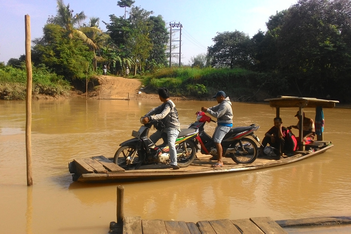 Sejumlah warga memanfaatkan perahu getek untuk transportasi di Desa