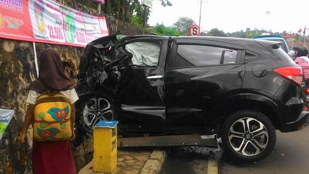Mobil Honda HR-V menabrak tembok, diduga supirnya sedang teler usai mengonsumsi tembakau gorila. (Lampungnews/Davit)
