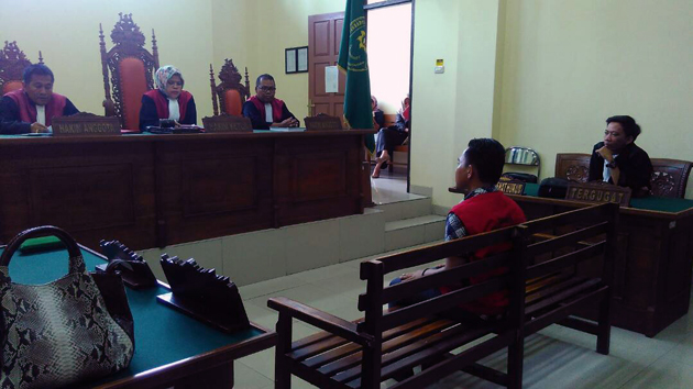 Terdakwa dalam persidangan di PN Tanjungkarang. (Lampungnews/Adam)