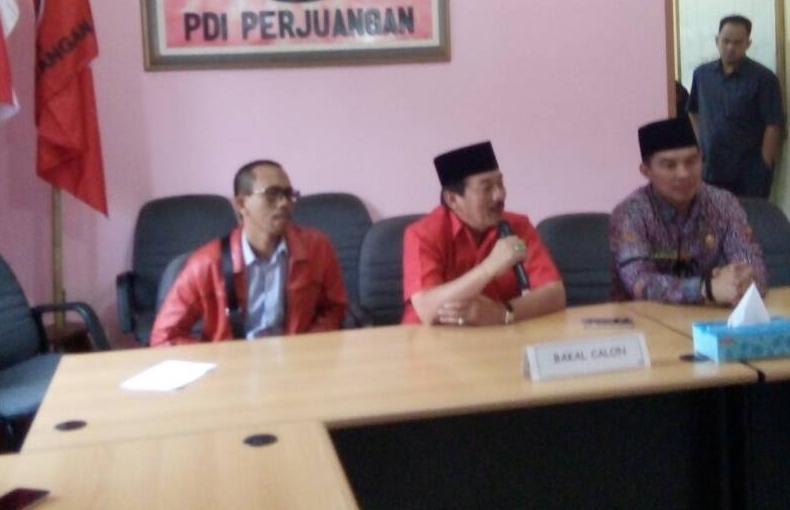 Herman HN mengembalikan berkas penjaringan di Kantor PDI P Lampung. (Davit)