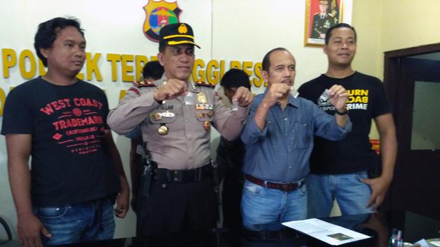 Kapolsek Terbanggi Besar Kompol Saifullah menunjukan sabu-sabu. (Lampungnews/Zir)