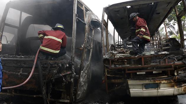 Petugas pemadam kebakaran berusaha memadamkan api dari bagian dalam bus Damri Royal Class yang terbakar, Rabu (3/5). (Lampungnews/El Shinta)