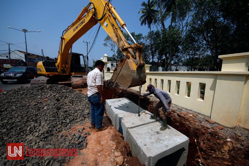 Sejumlah pekerja mulai mengerjakan pelebaran jalan dengan mengeruk dan membangun drainase di sisi Jalan Teuku Umar, Selasa (16/5). Pelebaran jalan ini dilakukan lebih dahulu sebelum proyek jalan layang (flyover) yang menghubungkan Jalan Teuku Umar dan Jalan ZA Pagar Alam mulai dikerjakan. (Lampungnews/El Shinta)