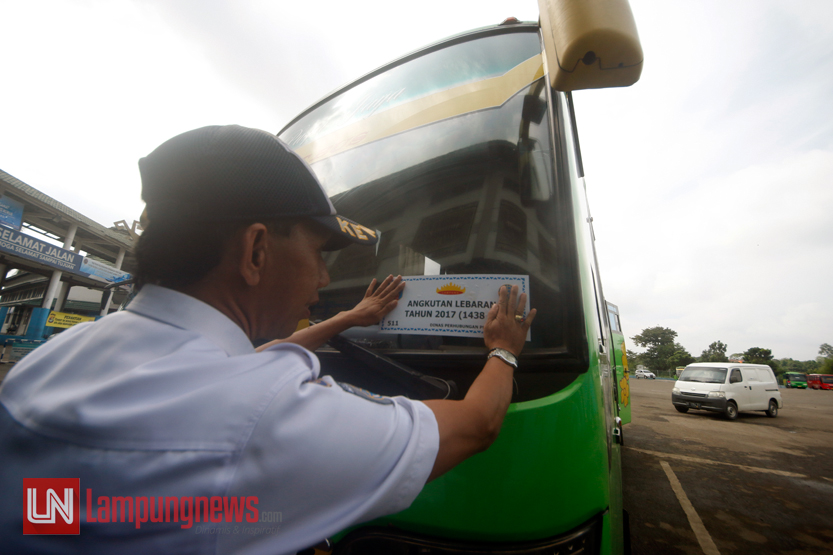 Dinas Perhubungan Bandarlampung menempelkan stiker sekaligus mengecek kondisi angkutan Lebaran 2017 di Terminal Induk Rajabasa, Senin (29/5). Pengecekan ini untuk memastikan kelaikan angkutan Lebaran pada arus mudik pada tahun ini. (Lampungnews/El Shinta)