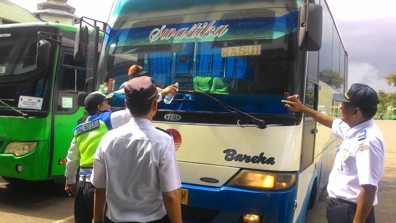 Petugas Dishub Bandarlampung menguji kelaikan salah satu bus angkutan lebaran di Terminal Induk Rajabasa. (Lampungnews/Davit)