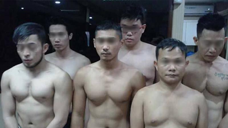Foto keenam penari striptis untuk kaum gay yang beredar di media sosial. (Facebook)