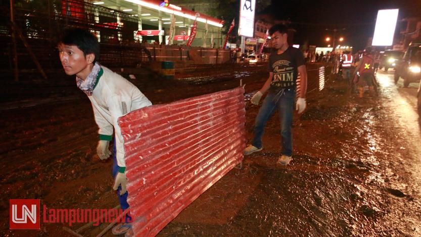 Pagar area pembangunan flyover dipindahkan. (Lampungnews/El Shinta)