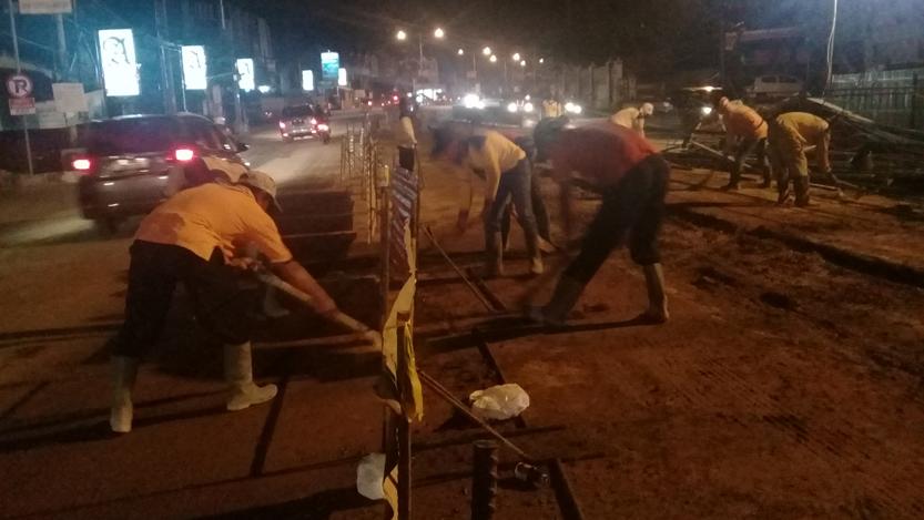 Pekerja membersihkan lokasi pembangunan flyover. (Lampungnews/Adam)