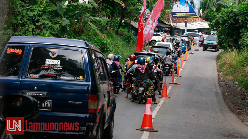 Kemacetan kendaraan yang menuju wisata pantai Mutun dan Sari Ringgung pada H+3 Idul Fitri 1438 H hingga mencapai 200 meter, Selasa (27/6). Kendaraan yang didominasi dari luar daerah Lampung ini diprediksi akan tetap ramai hingga Minggu. (Lampungnews/El Shinta)