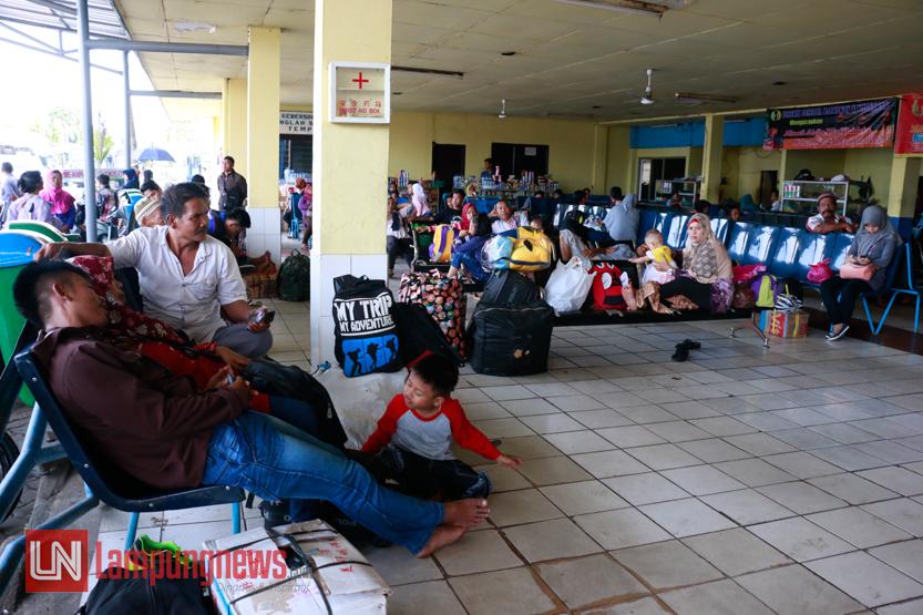 Sejumlah penumpang beristirahat di ruang tunggu keberangkatan di Pool Damri Rajabasa, Kamis (29/6). Pada H+3 Idul Fitri 1438 H para warga mulai memadati terminal untuk kembali ke rumah masing-masing setelah melakukan tradisi mudik ke kampung halaman. (Lampungnews/El Shinta)