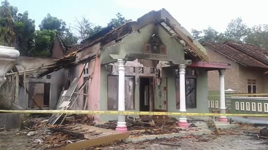 Rumah Sugito yang hancur dirusak dan dibakar massa beberapa waktu lalu.