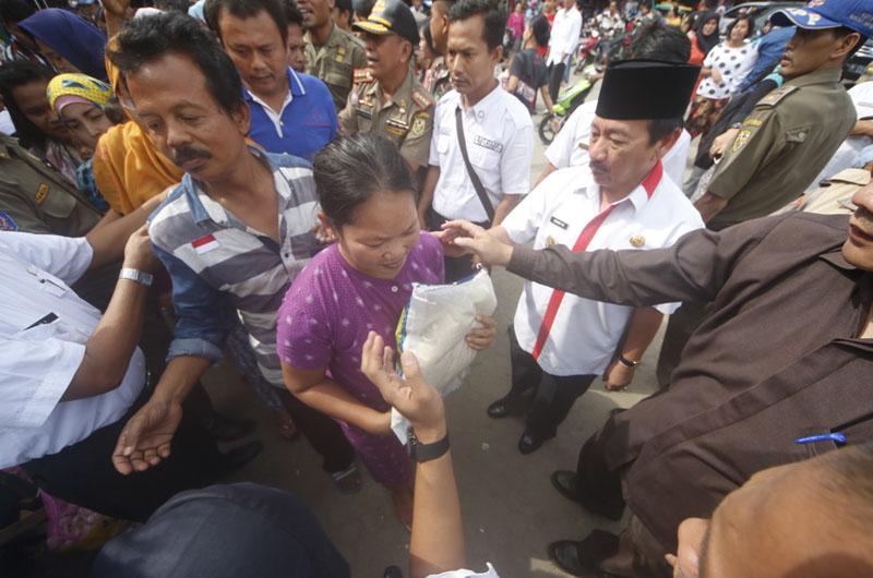 Herman HN menyerahkan bersa gratis kepada warga Bandarlampung.