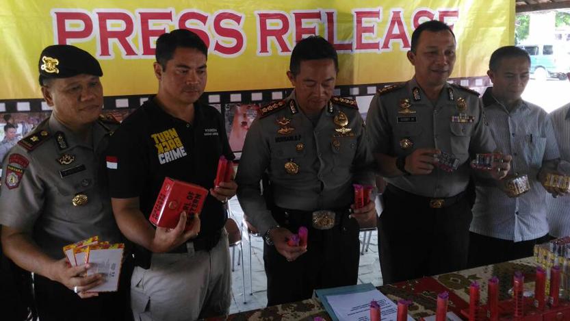 Polresta Bandarlampung menyita 21 ribu petasan dalam Operasi Cempaka Krakatau 2017. (Lampungnews/Adam)